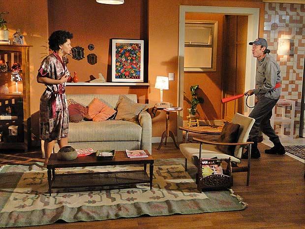 Jacques aparece na casa de Clotilde vestido de bombeiro com um extintor na mão