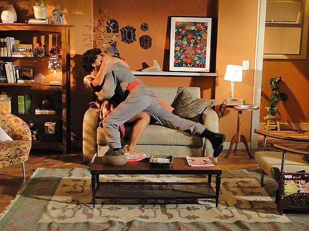 Clotilde acaba cedendo e os dois se beijam