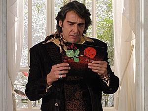 Jacques fica irritado ao ver o convite de Valentim