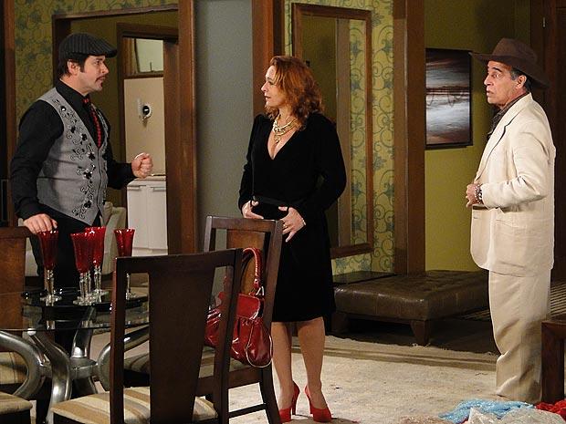 Coronel Malta sai para atender um telefonema e deixa Gigi sozinha com Valentim