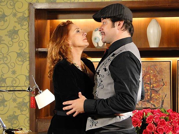Gigi aproveita que está sozinha com Valentim para se insinuar para ele