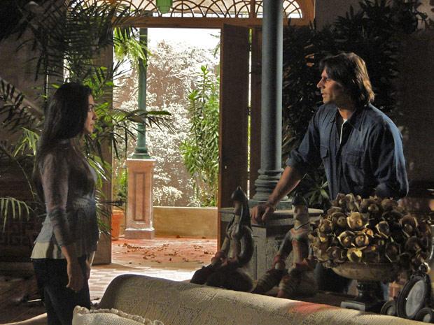 Estela se lembra da garrafa que Max deu para Fernando
