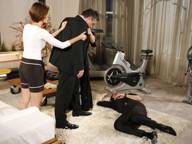 Saulo ataca Arthurzinho, que fica com o rosto cheio de sangue. Stela e Lorena chegam e ajudam o mordomo