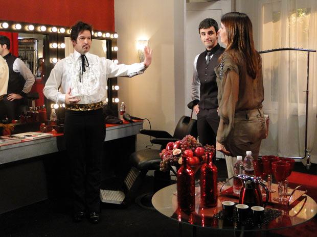 Suzana tenta convencer Ari a não aparecer no desfila pois Jacques irá colocar a boca no trombone