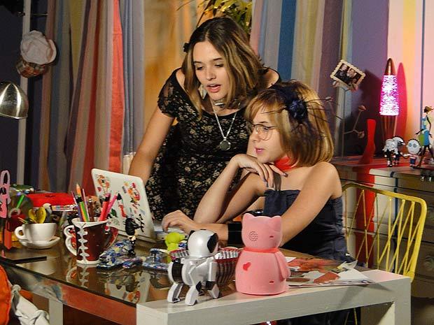Valquíria e Mabi acompanham tudo o que acontece no desfile de Valentim pela internet