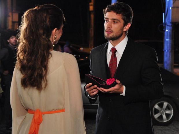 Jorgito aborda Desirée na saída do desfile de Valentim e se declara