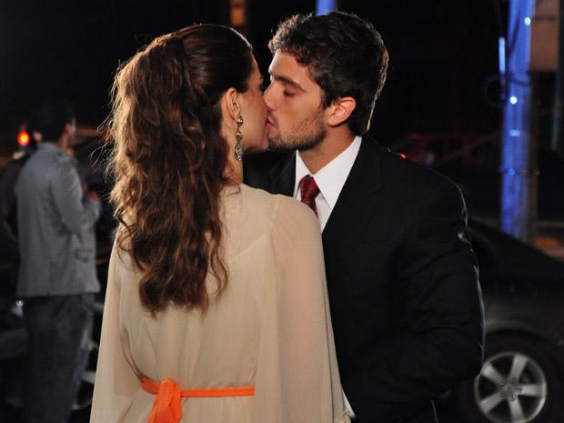 Desirée fica emocionada e os dois se beijam