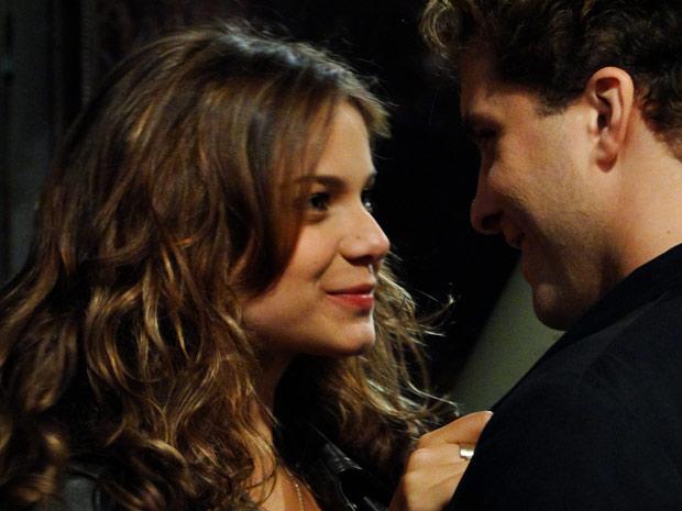Manuela investe na relação com Vitor