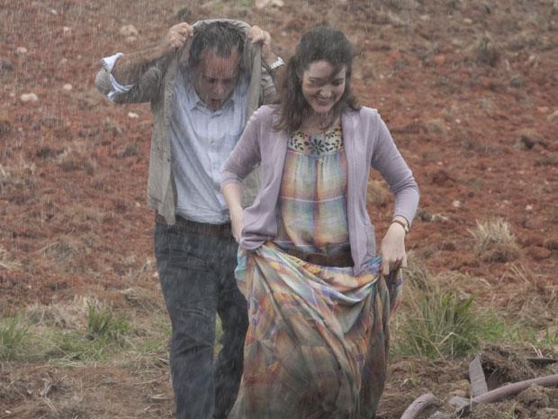 O casal se diverte mesmo debaixo de chuva