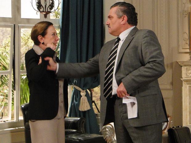 Após levar bofetada, Saulo segura a mão de Bete