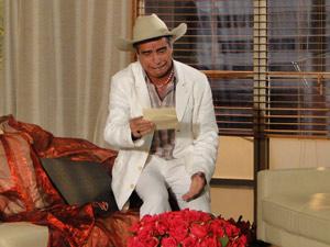 O coronel lê a carta de Gigi e fica arrasado