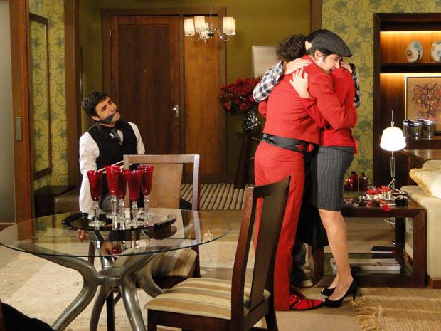 Ari abraça Suzana e Luti