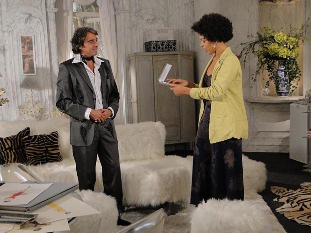 Jacques entrega presente à Clotilde