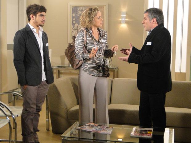 Bruna estranha o fato da enfermeira ter trocados os nomes e Edgar e Gustavo tentam disfarçar