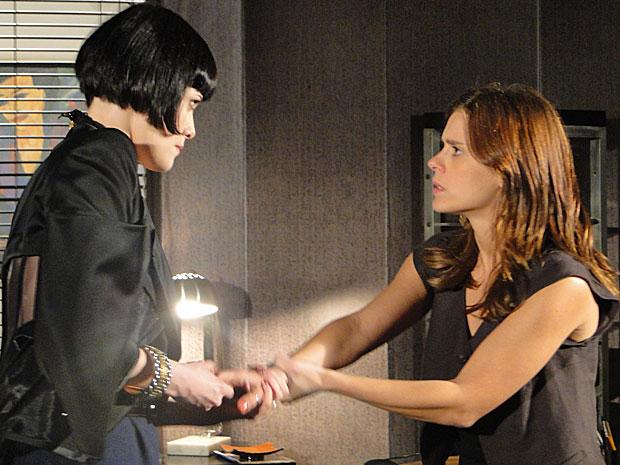 Melina tenta arranca o anel do dedo de Diana e machuca a jornalista