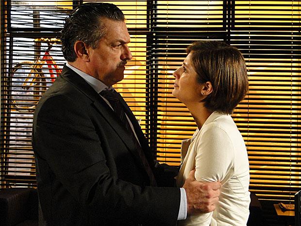 A estudante revela ao pai que Stela o trai com Agnello