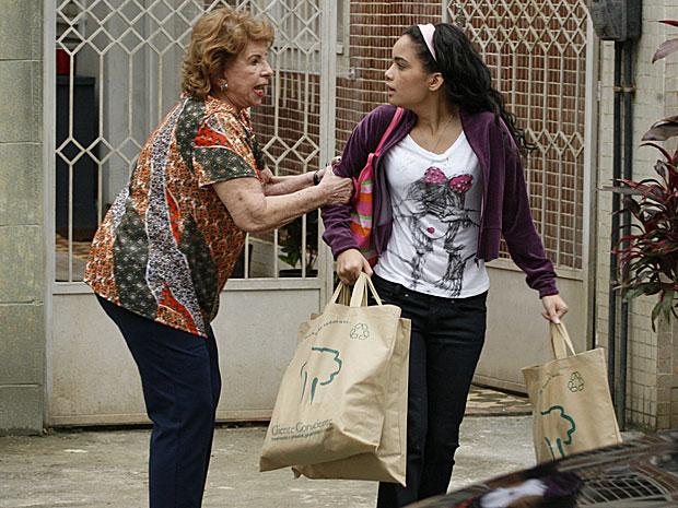 Valentina pega Kelly de surpresa e ameaça a neta