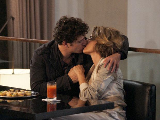 Stela beija Agnello e Lorena vê a cena, perplexa