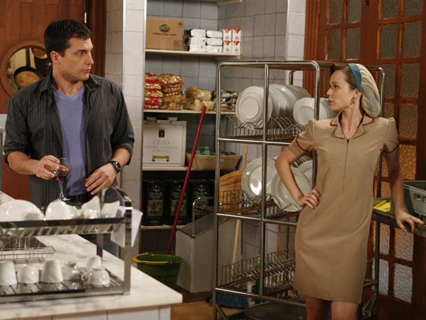 Talarico ajuda Clara na cozinha da cantina