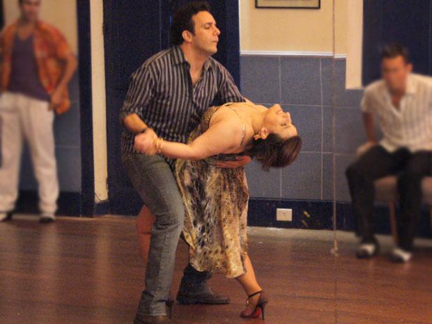 Lurdinha capricha na hora de ensinar Mimi a dançar