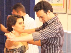 Lurdinha leva a sério a aula de dança