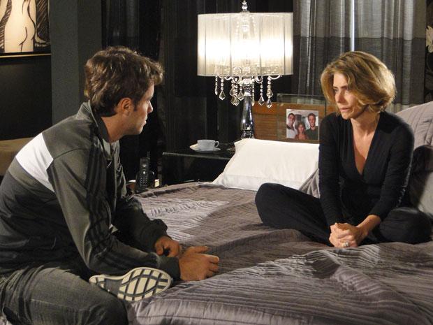 Stela conta a Sinval que Agnello é seu amante
