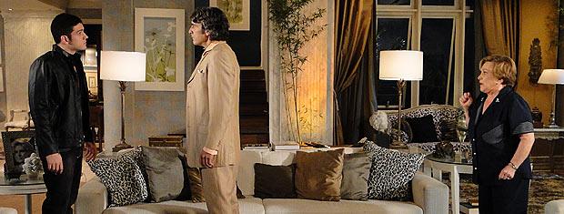 Jacques chega em casa para conversar com Pedro e os dois se encaram