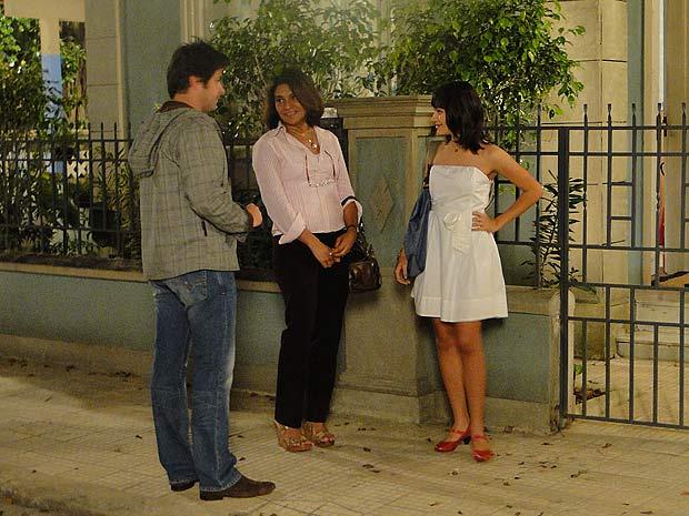 Ari chega com Marta em casa e chama Gabi para conversar