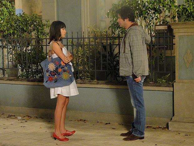 Ari pede para Gabi espionar Jacques e ela fica revoltada