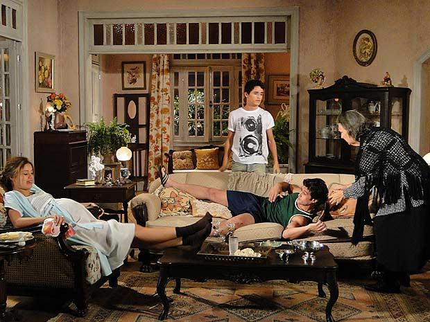 Ângelo entra na casa de Dona Mocinha carregando Armandinho, ques está bêbado