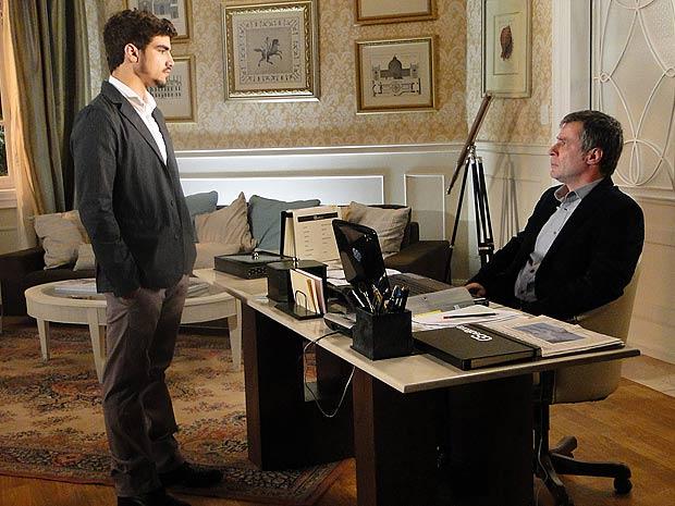 Edgar diz a Gustavo que vai registrar o filho de Marcela como seu