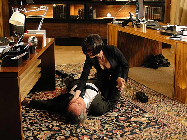 Ele finge desmaiar e Rebeca fica desesperada