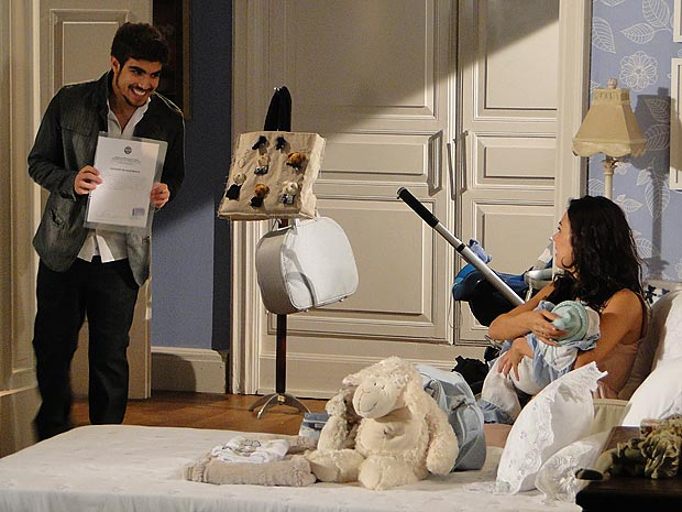 Edgar mostra a certidão de nascimento de Paulinho para Marcela
