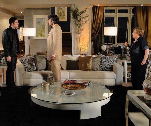 Pedro encara Jacques e os dois discutem, enquanto Júlia observa assustada
