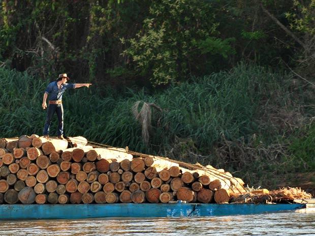 Solano comanda o transporte da madeira pelo rio