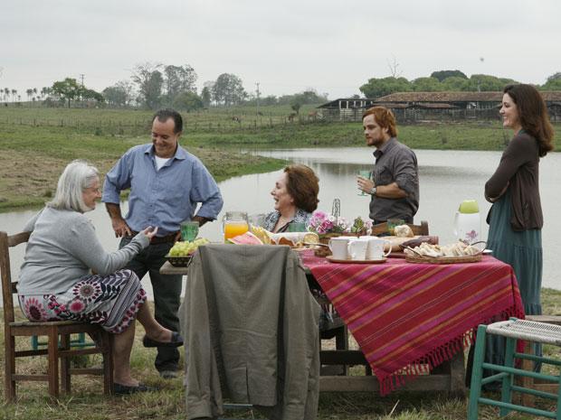 Totó e Candê estão epolgados com a sociedade e todos conhecem o novo sítio que o camponês está comprando