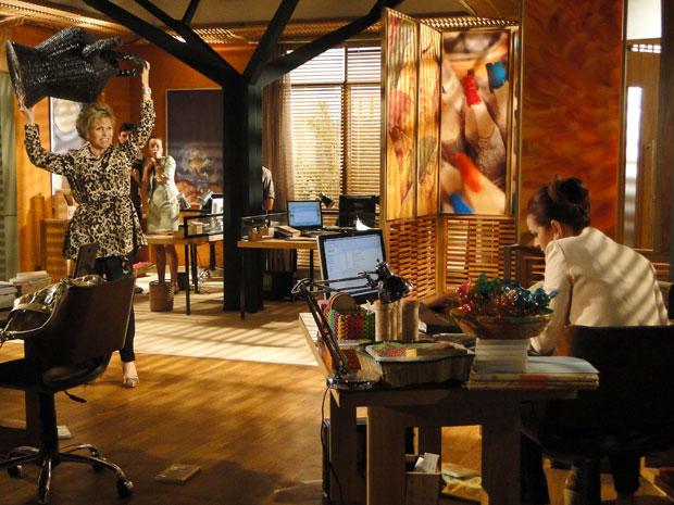 Clô se descontrola e, após tacar tudo o que vê pela frente em Jackie, demite a secretária