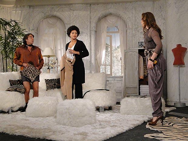 Jacques se aproxima de Clotilde apenas de cueca e Jaqueline flagra os dois juntos