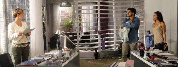 Edgar entra na sua sala com Marcela e Paulinho, e dá de cara com Luisa