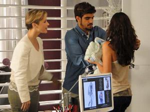 Luisa se aproxima para conhecer Paulinho