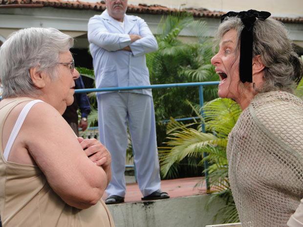 Cecília se irrita com Olga e resga o vestido dela