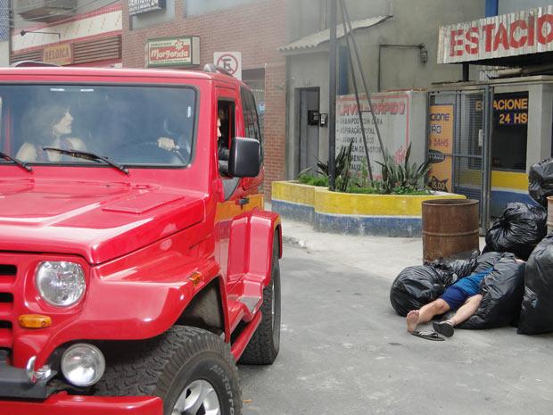 Desirée vê Armandinho dormindo no lixo e pede para Jorgito parar o carro