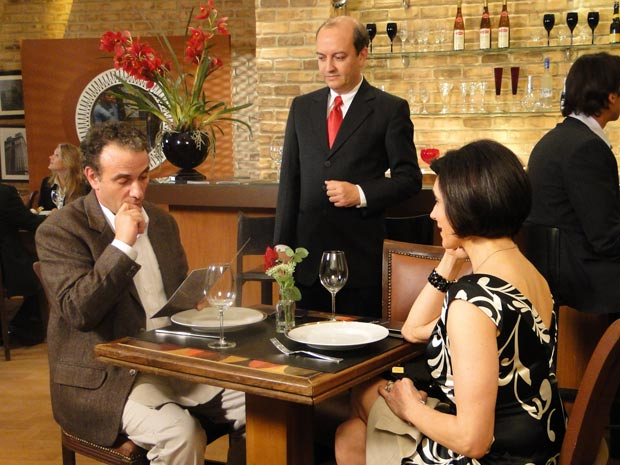 Gino leva Rebeca para jantar e fica constrangido com o preço dos vinhos