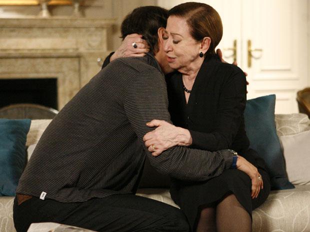 Gerson abraça Bete