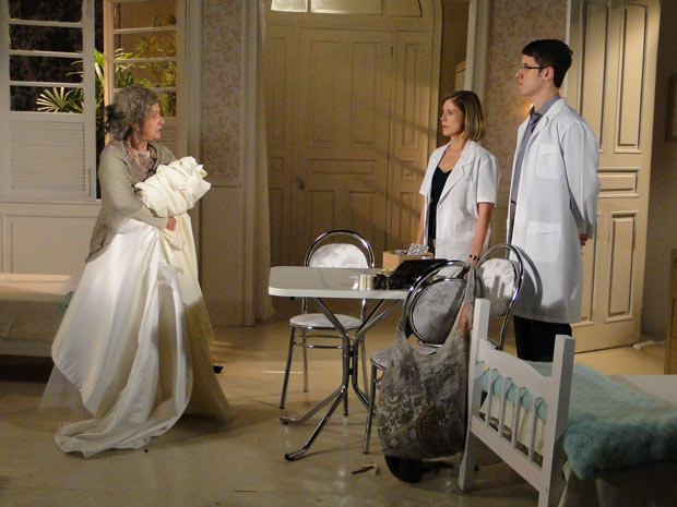 Dr. Queiroz ouve e vê que Cecília está tendo novo devaneio