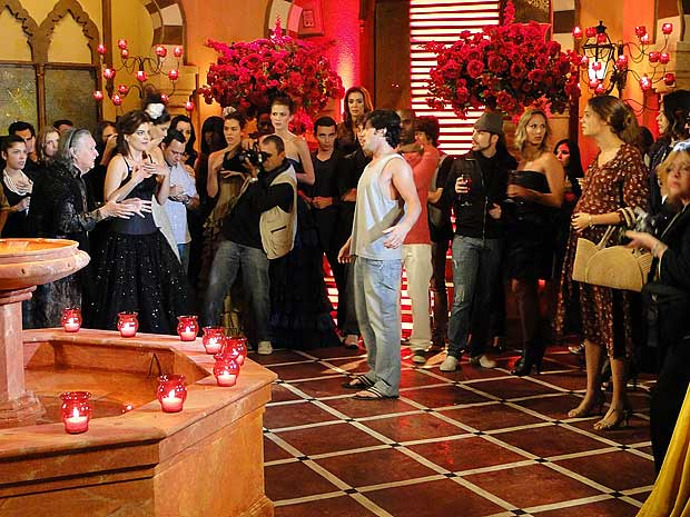 Armandinho chega bêbado e causa a maior confusão na inauguração do ateliê de Valentim