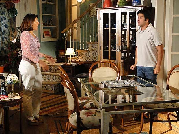 Ari conta para Marta que não precisou usar o segredo dela contra Jacques