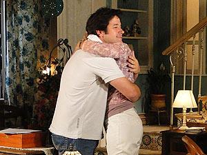 Felizes, os dois se abraçam