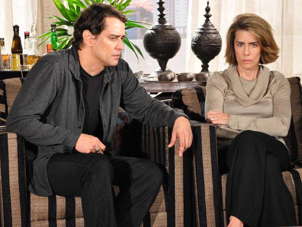 Stela diz a Gerson que Agnello e Saulo brigaram por causa do namoro da filha com italiano