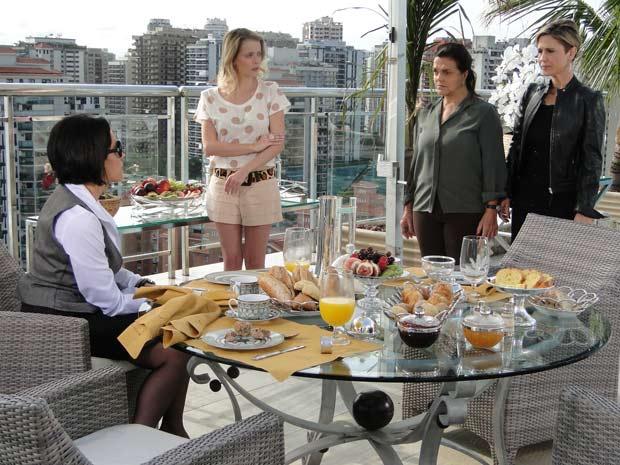 Luisa vai à casa de Rebeca para pedir perdão para ela e Camila